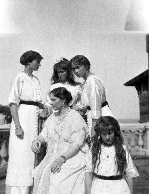 Empress Alexandra Feodorovna  with Grand Duchesses