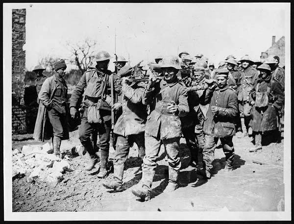Boche machine gun crew captured with their gun