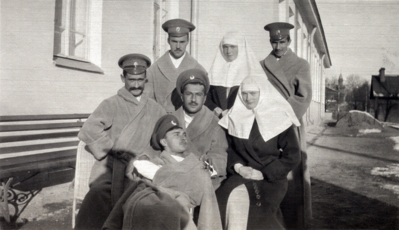 Grand Duchesses Olga and Tatiana with wounded soldiers