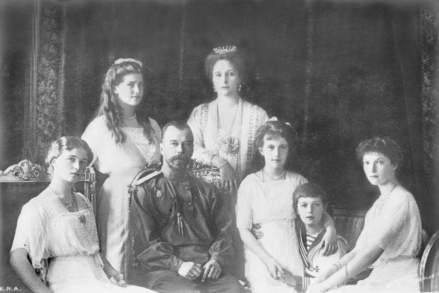 Nikolai II with his family
