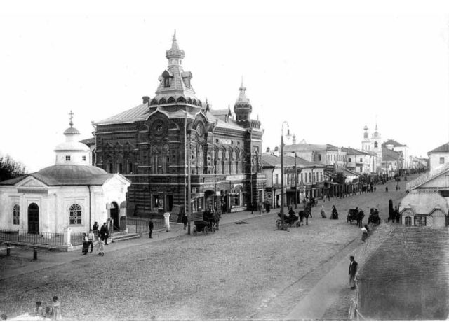 Vladimir - city hall and The Great Moscow Street. Stone building of the late XVIII - XIX centuries.
