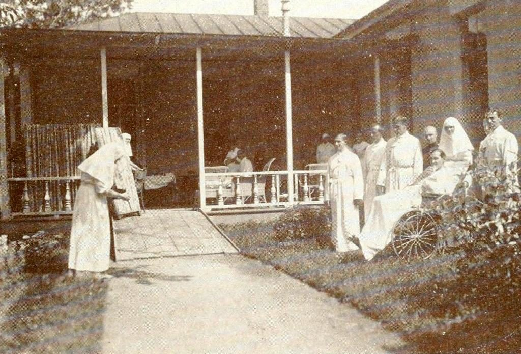 The Empress Alexandra Fyodorovna photographs a group of wounded Fedorovsky Infirmary.