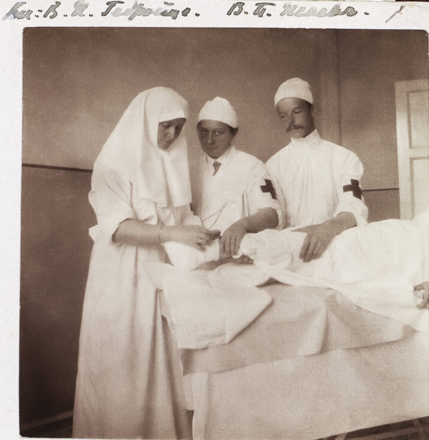 Sister of Mercy Empress Alexandra Feodorovna and surgeon Vera Gedroits in the dressing hospital of the Palace.