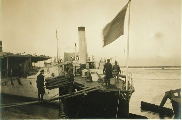Workers for loading fuel to the Golovachev steamer. 1916.