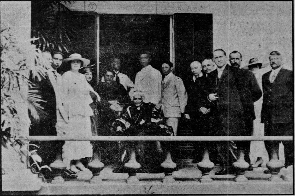 Liliuokalani with members of Hawaii Territory House of Representatives and their family