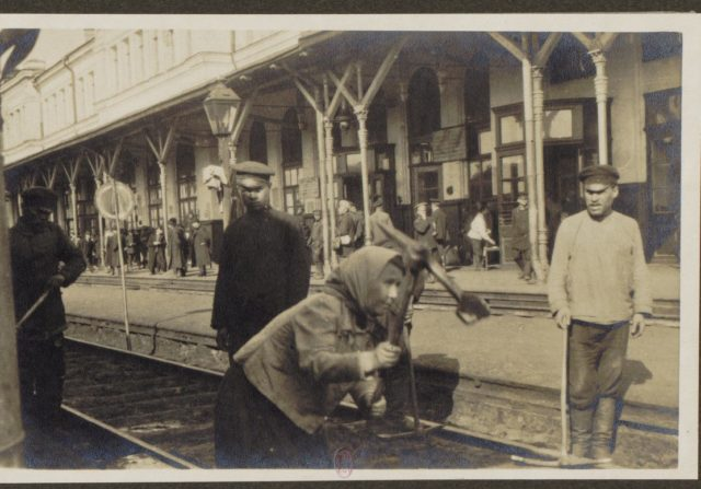 train station - From Petrograd to Vologda by rail in 1917. Albert Thomas travel to Russia.