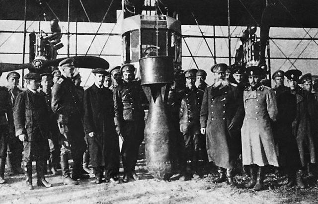 Sikorskij and Shidlovskij during 1000 pound bomb test
