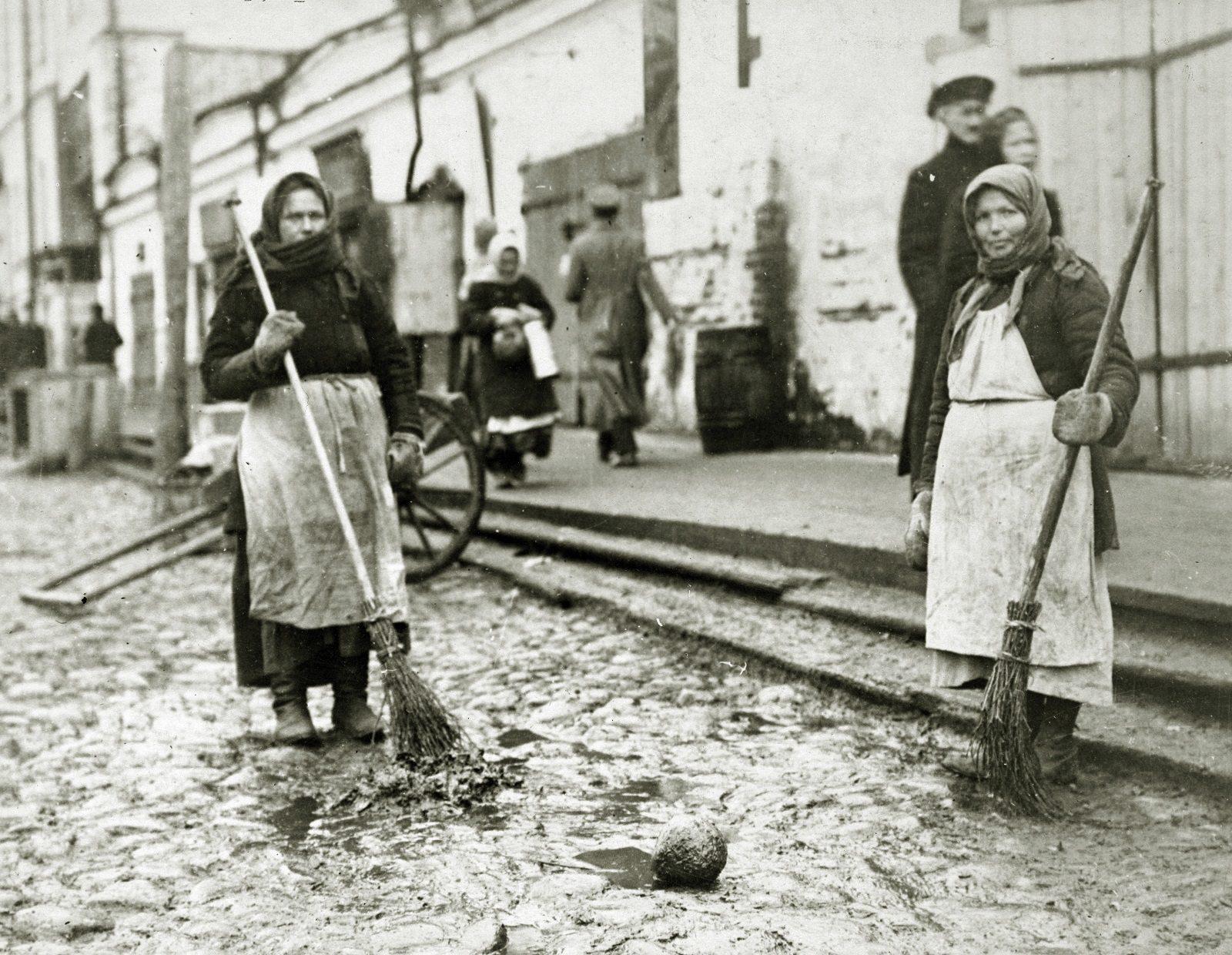 Street cleanup. Arkhangelsk (Archangel) during revolution and civil war 1918-1919