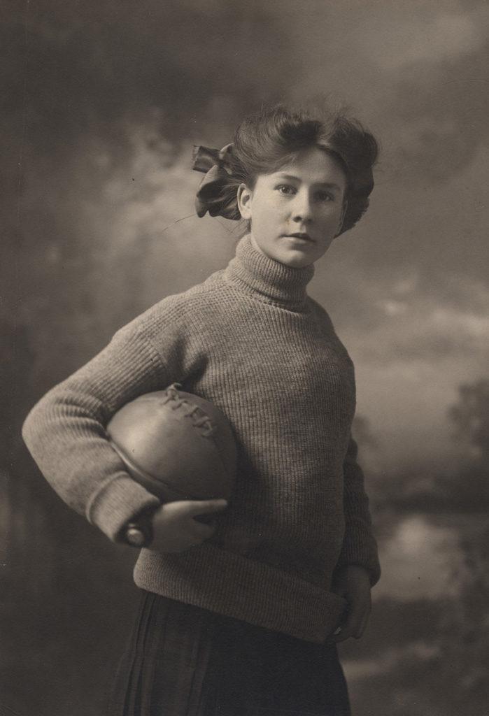 Портрет Флоренс Саллоуз с баскетбольным мячом, дата неизвестна