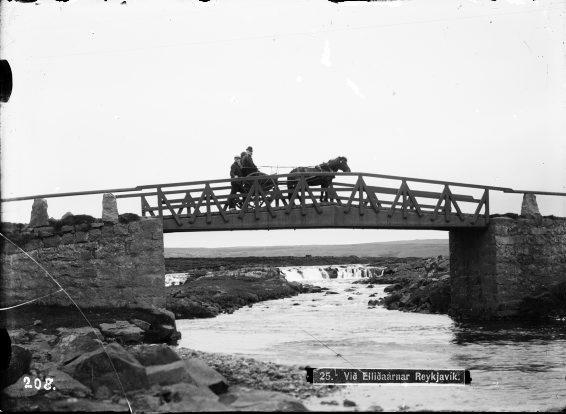 Prúðbúið fólk fer á léttakerru, um 1910
