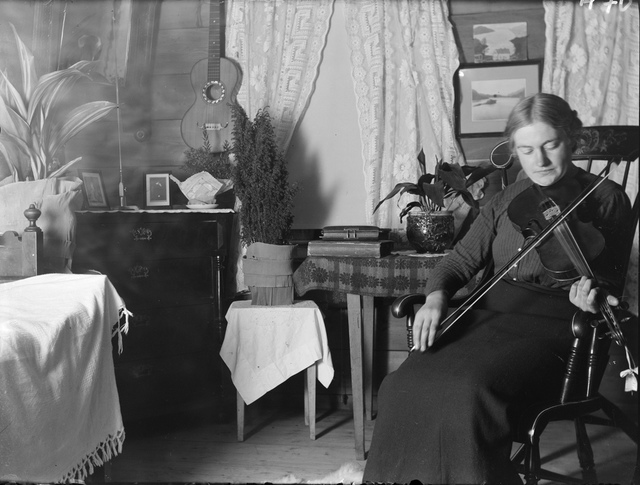 Marie Stang playing the fiddle