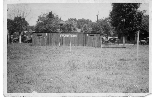 "Tennessee v. John T. Scopes Trial: Privies outside the Rhea County (Tennessee) courthouse with ""Read Your Bible"" sign."