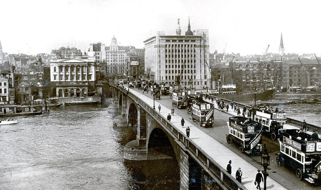 Street traffic on London Bridge in 1927