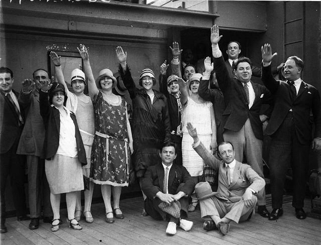 Arrival of Fuller-Gonsalez Opera Company with hands raised in fascist salute, Sydney, March 1928 / Sam Hood