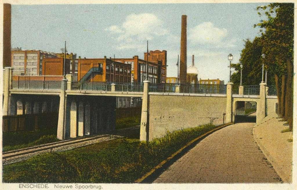 HUA-162774-Gezicht op het viaduct over de spoorlijn tussen Enschede en Gronau te Enschede, met op de achtergrond de textielfabriek van Van Heek