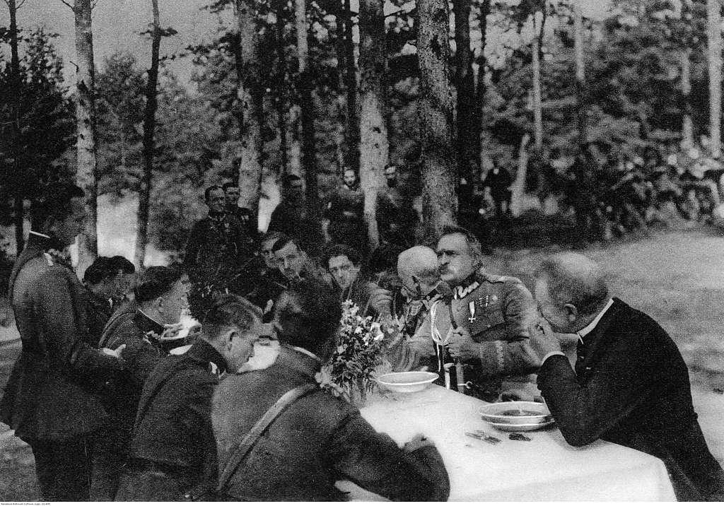 Marszałek Józef Piłsudski podczas posiłku z oficerami (22-445)
