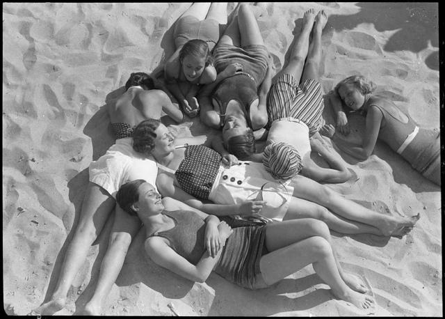 Unge mennesker på stranden