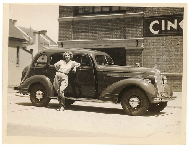 Film actor Helen Twelvetrees and her 1935 Pontiac, Cinesound Studios, Sydney, 1936 / Sam Hood