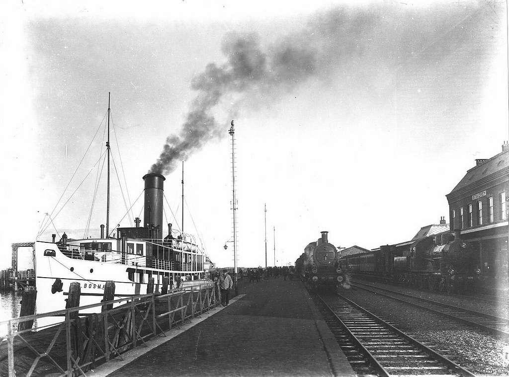 HUA-163318-Gezicht op het N.S.-station Stavoren te Stavoren, met links het stoomschip C. Bosman van Rederij Koppe voor de bootdienst naar Enkhuizen, in het midden de locomotief nr. 3798 (serie 3700-3800) van de