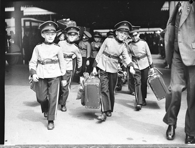 Adelaide Boys' Band arriving at Central Railway, 14 January 1937, by Sam Hood
