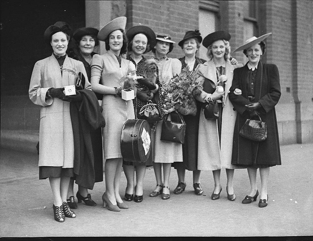 """The Women"" company: arrival in Sydney from Melbourne, January 1939 / photographer Sam Hood"