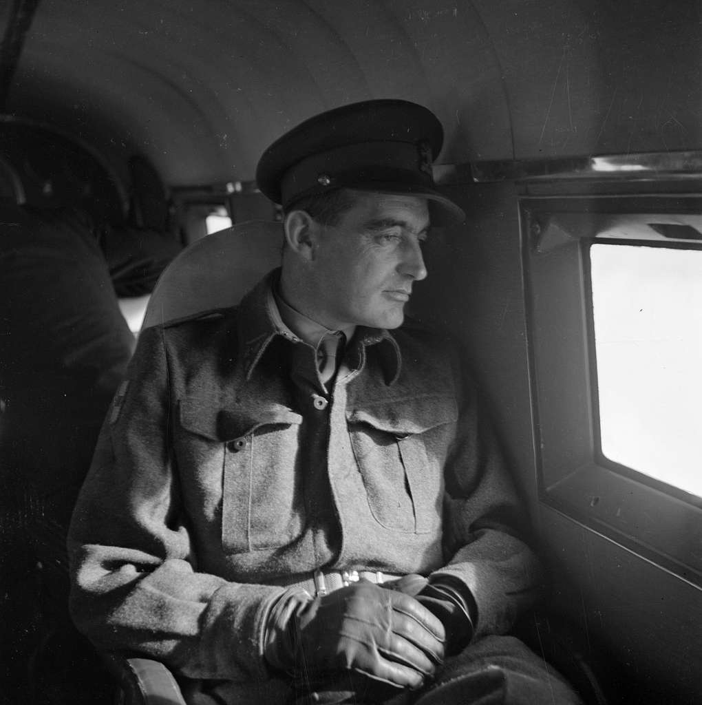 Generaal Doorman kijkt uit een vliegtuigraam