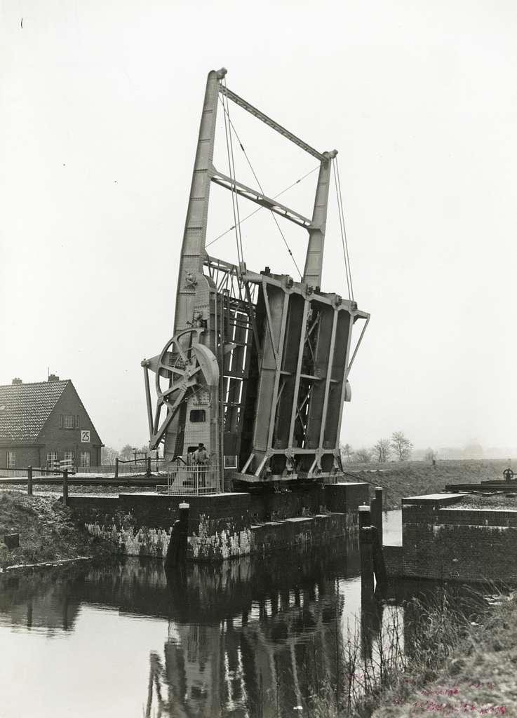 HUA-163323-Gezicht op de spoorbrug (klapbrug) over het Linthorst-Homankanaal te Beilen, met links op de achtergrond de brugwachterswoning (wachtpost 25)