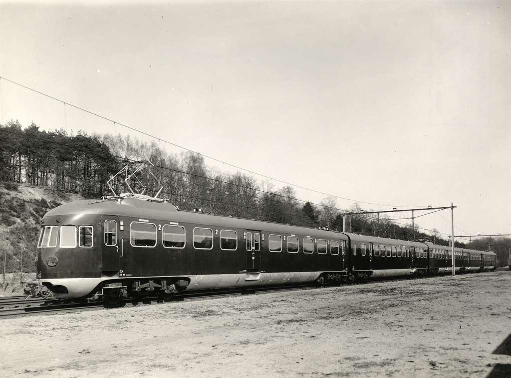 HUA-155593-Afbeelding van het nieuwe electrische treinstel nr 801 mat 1940 van de NS op de spoorlijn bij Maarn