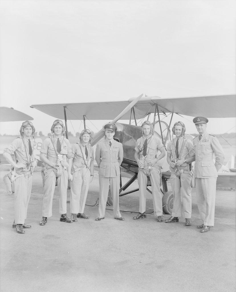 Командир эскадрильи Король с летчиками, около 1940-1944 гг.