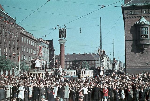 British troops passes Rådhuspladsen (town square) in Copenhagen.