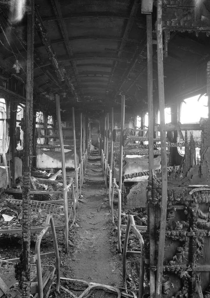 HUA-152756-Interieur van een door oorlogshandelingen uitgebrand treinstel van de N.S