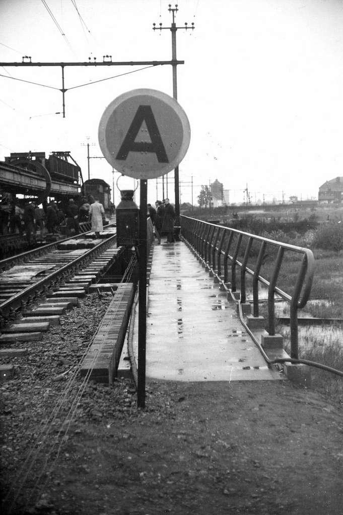 HUA-164296-Afbeelding van een A bord Aanvang snelheidsbeperking tijdens herstellingswerkzaamheden aan de spoorbrug over het Afwateringskanaal ten zuiden van s He