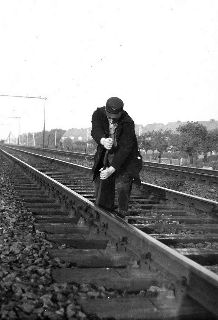 HUA-164299-Afbeelding van een wegwerker van de N.S. op de spoorlijn tussen Utrecht en Arnhem, vermoedelijk bij Bunnik (Groeneweg)