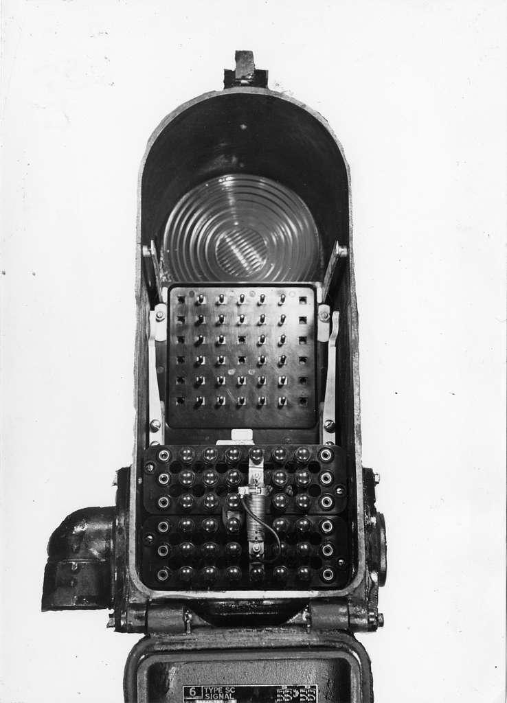 HUA-169466-Afbeelding van de binnenzijde van een Amerikaans daglichtsein (type SC signal van de General Railway Signal Company te Rochester NY), met kleurenwisselaar