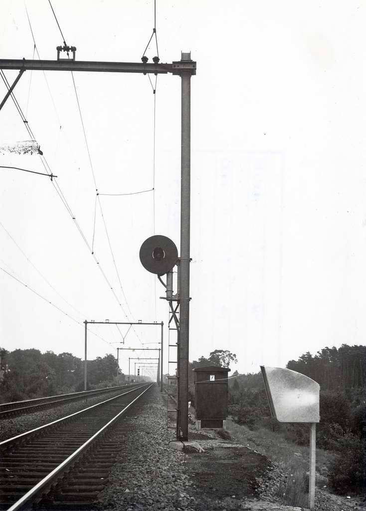HUA-169471-Afbeelding van een lichtsein met kleurenwisselaar van het seinstelsel '46 (gemonteerd tegen de bovenleidingsmast) langs de spoorlijn nabij Maarn