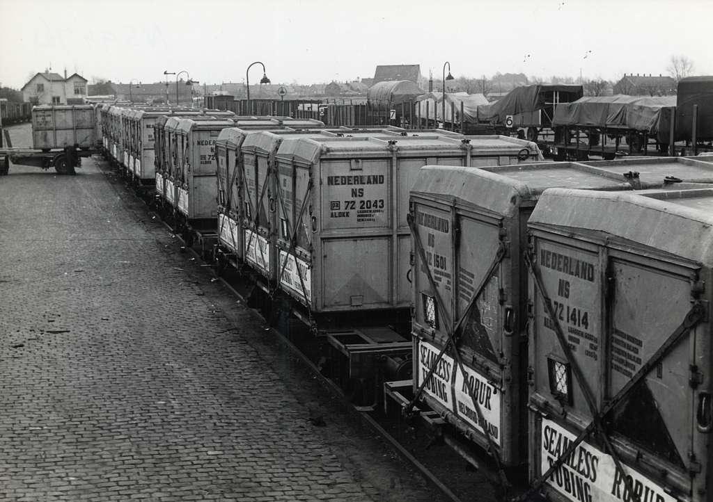 HUA-164227-Afbeelding van goederenwagens met gesloten laadkisten afkomstig van NV rijwielonderdelen- en buizenfabriek Robur langs de laad- en losweg te Helmond