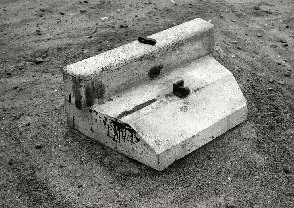 HUA-168866-Afbeelding van een betonblok van de N.S. voor het leggen van spoorstaven in bestrating (straatspoor)