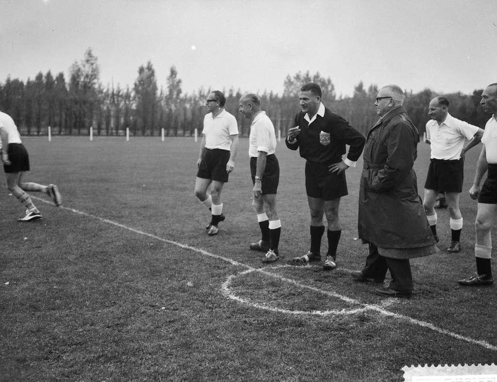 Interparlementair voetbal Holland tegen Belgie in Wassena