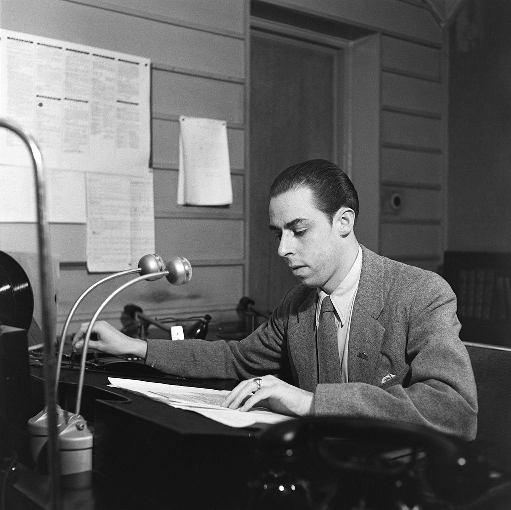 Announcer Carl-Erik Creutz at work in the radio studio, 1930s.