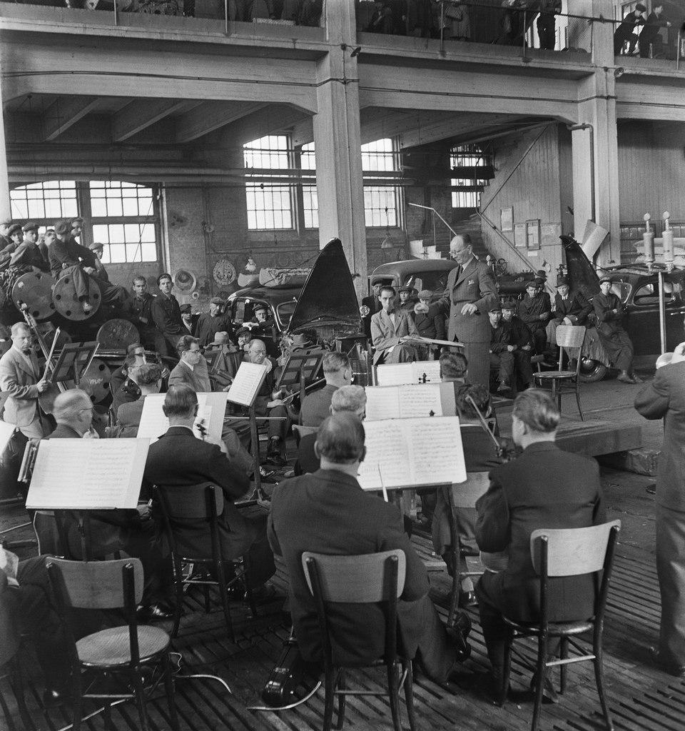 Conductor Toivo Haapanen leads the Finnish Radio Symphony Orchestra in concert at the Hietalahti shipyard in Helsinki, 24.5.1945.