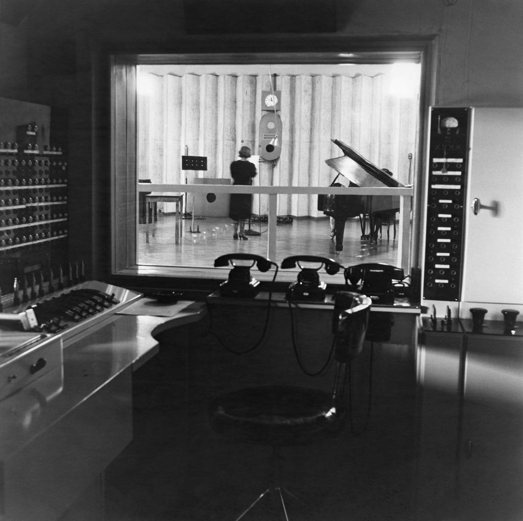 Control room and radio studio in Fabianinkatu headquarters of Yleisradio, ca 1938.