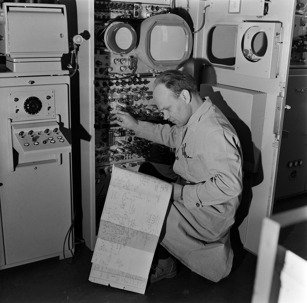 Device for airing films on tv and technician Jorma Rautakallio, 1958