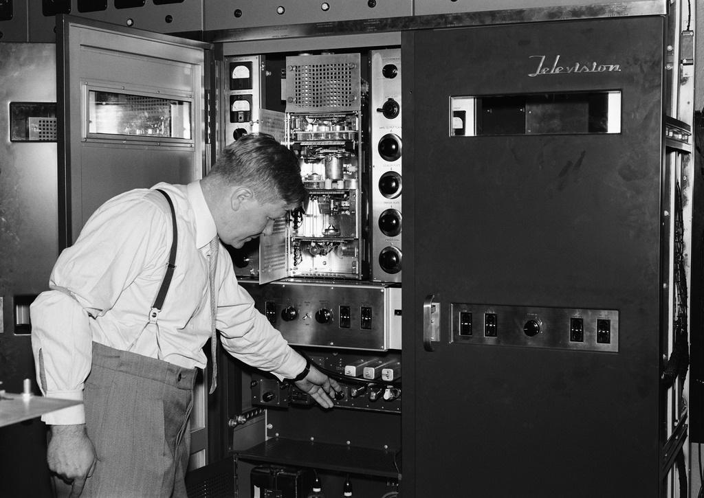 Engineer Lauri Häkkinen and RCA television transmitter