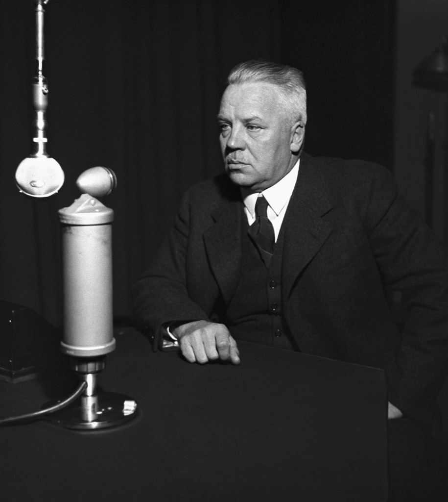 Minister of defence Juho Niukkanen in a studio, 1930s.