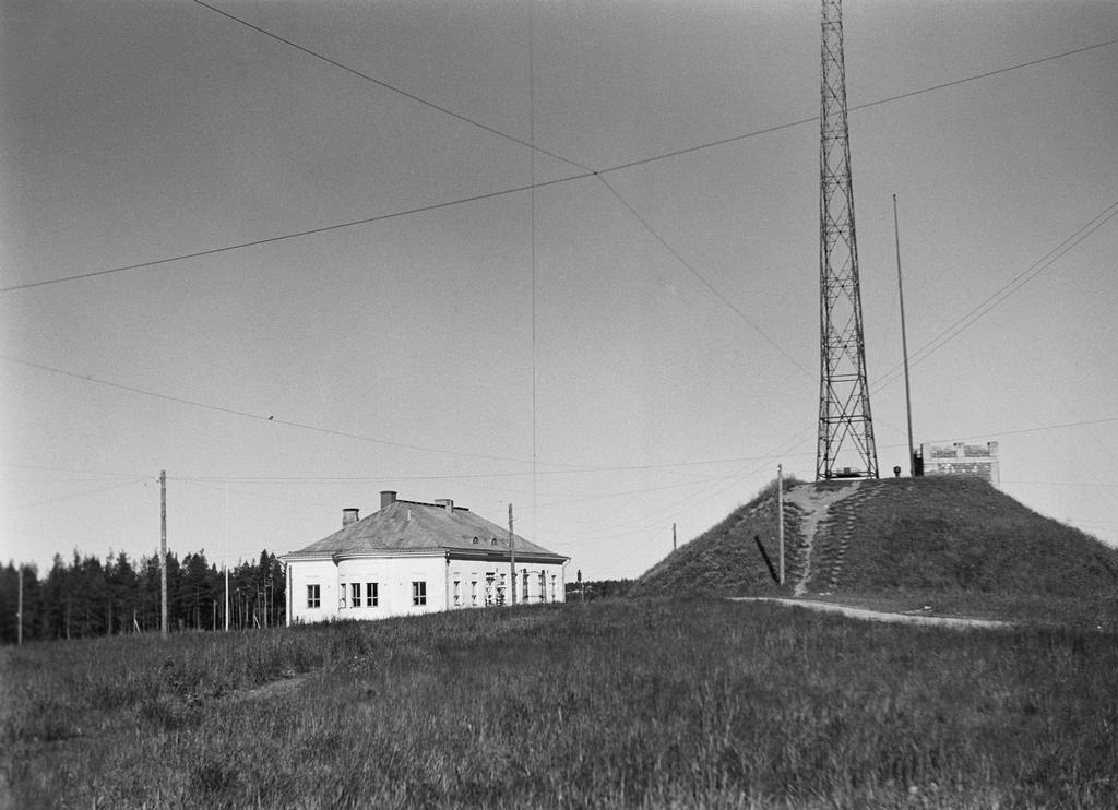 Old Lahti radio station, Lahti longwave transmitter, and the western radio mast, ca. 1928.
