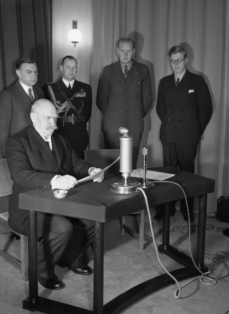 President Pehr Evind Svinhufvud speaking in a radio studio in Yleisradio's headquarters in Fabianinkatu, 1936.