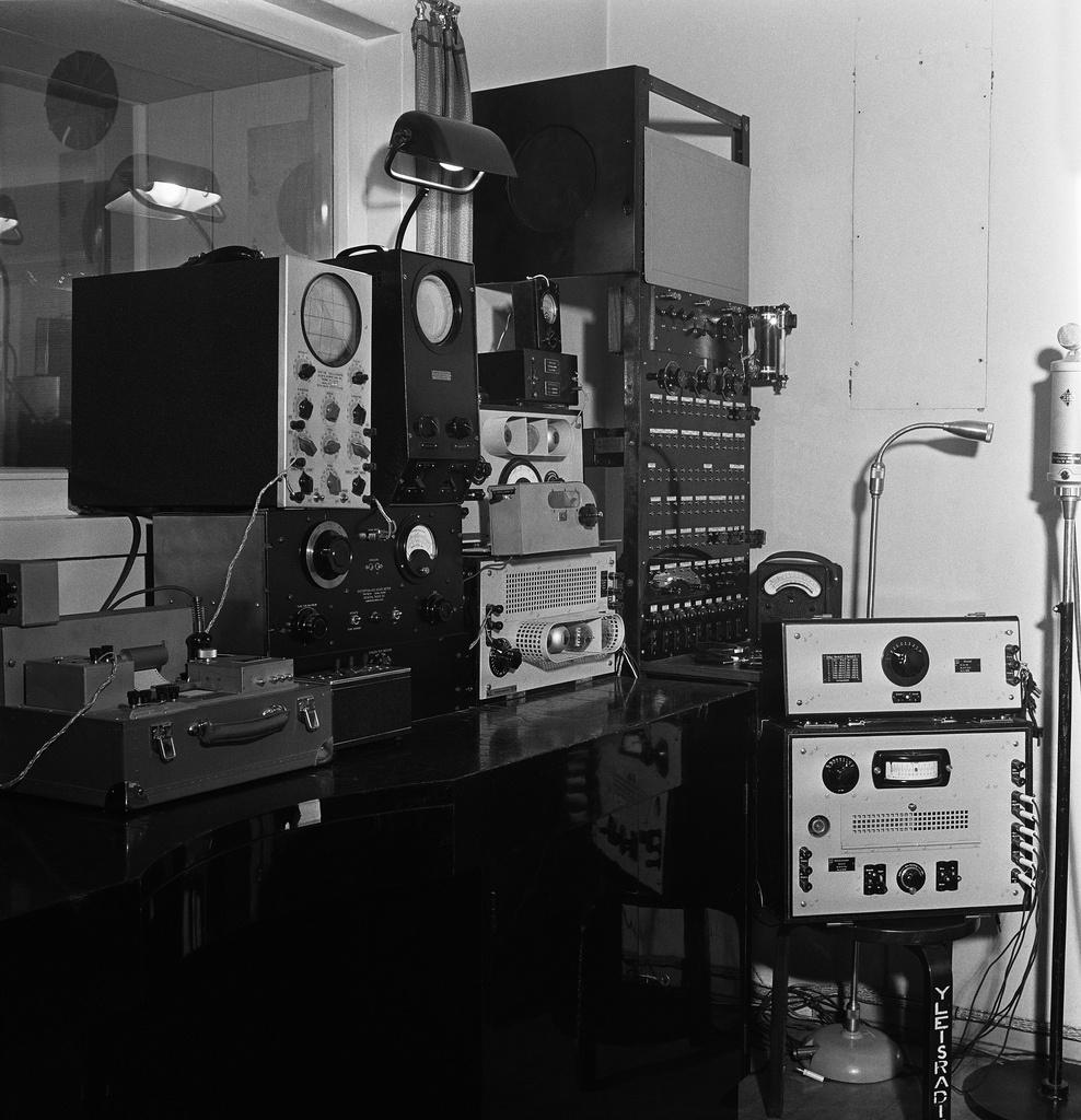 Radio House in Fabianinkatu, appliances in the laboratory, 1938.