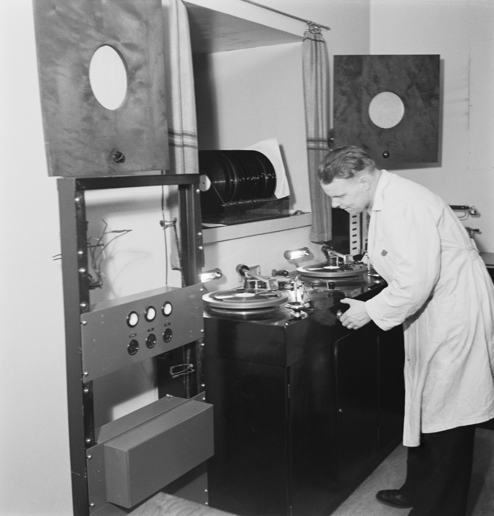 Recording  instantaneous discs at the Sound Department of the Finnish Broadcasting Company, 1930s.