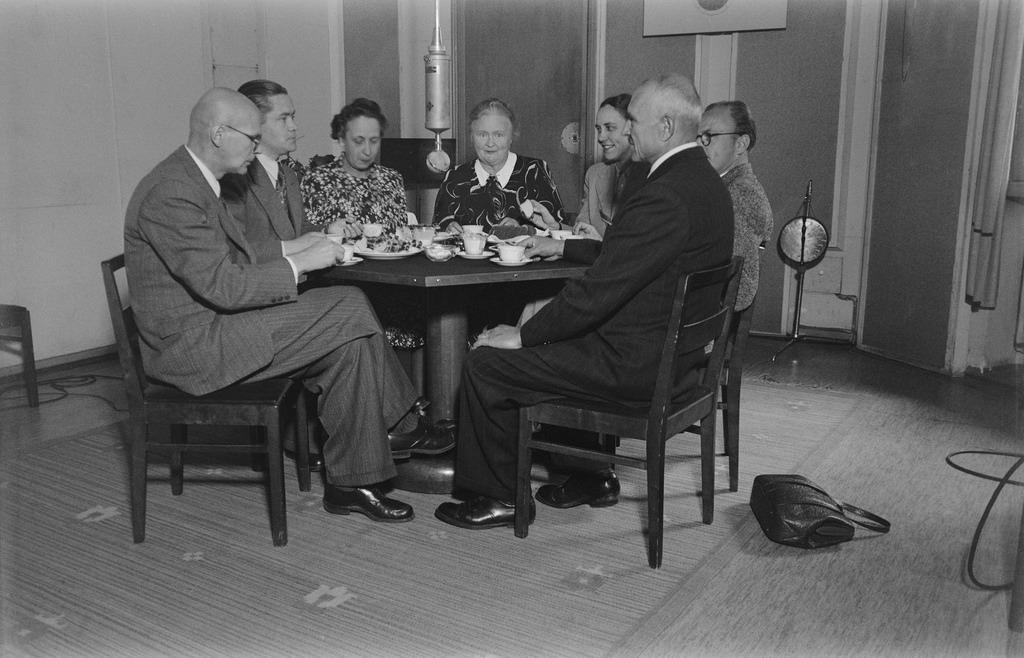 """Recording the show """"Pienoisparlamentti"""", 1945."""