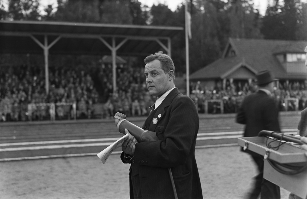 Reporter Martti Jukola reporting on a sports competition, 1930s.